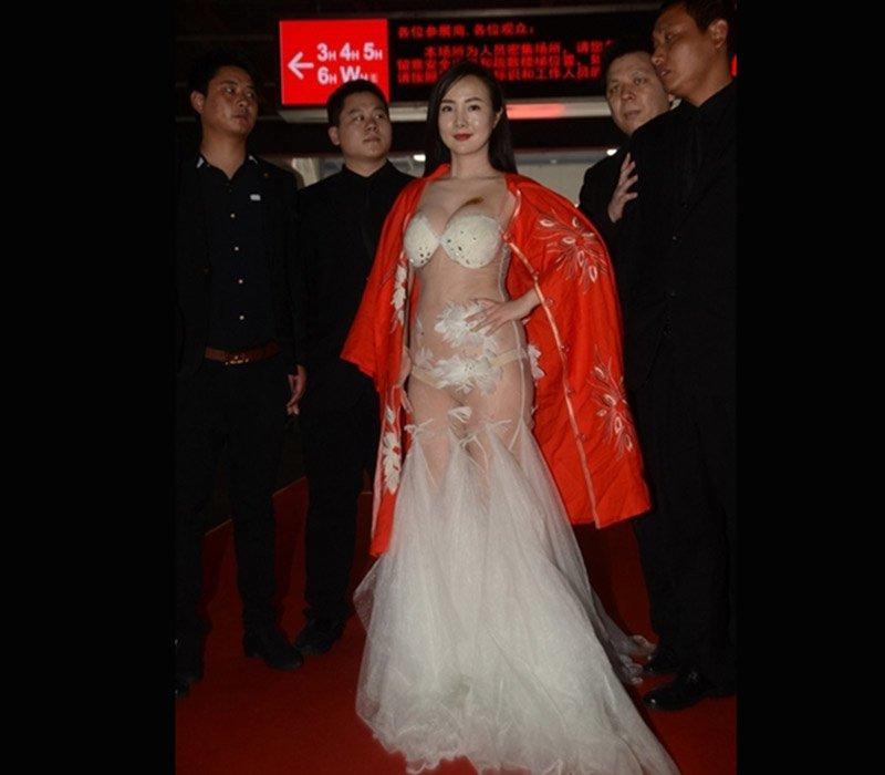 Can Lộ Lộ sinh năm 1985 một người mẫu hạng C của Cbiz nhưng lại luôn là cái tên xuất hiện trên mạng xã hội với loạt trang phục mặc như không của cô những năm trước.