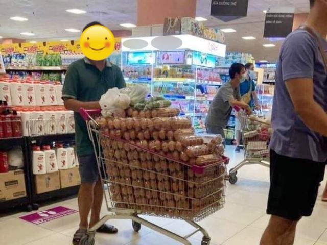 Bức ảnh người đàn ông mua hẳn một xe trứng gà lan truyền trên mạng, CĐM tranh cãi dữ dội