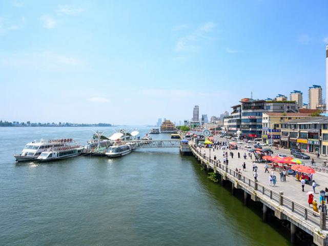 Thành phố biên giới lớn nhất và đẹp nhất của TQ, nơi hoàn hảo trốn nóng ngày hè