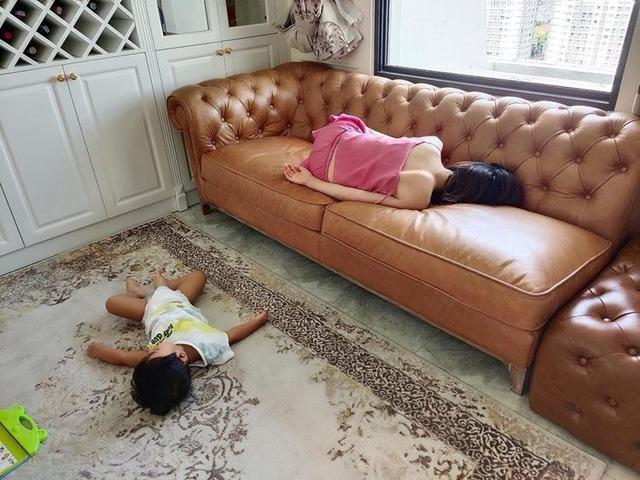 Hòa Minzy ôm con ngủ ở nhà nhưng cảnh bị chụp lénlàm bà mẹ xấu hổ, xin lỗi con