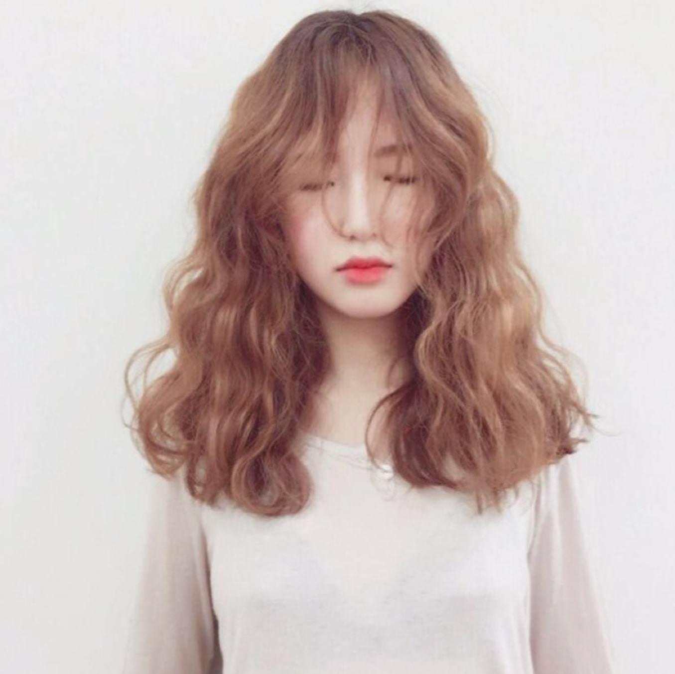 Làm mới bản thân, nàng trẻ trung tươi tắn với những kiểu tóc uốn mì tôm dẫn đầu xu hướng