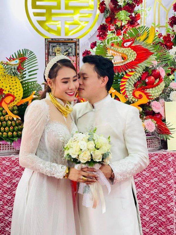 Sao Việt chờ hết dịch để tổ chức đám cưới, có người chưa đợi được đã có con