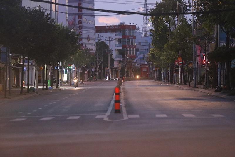 """Những người yêu Sài Gòn ghi lại cảnh phố xá không một bóng người sau 18h: amp;#34;Nay đi ngủ sớm"""" - 2"""