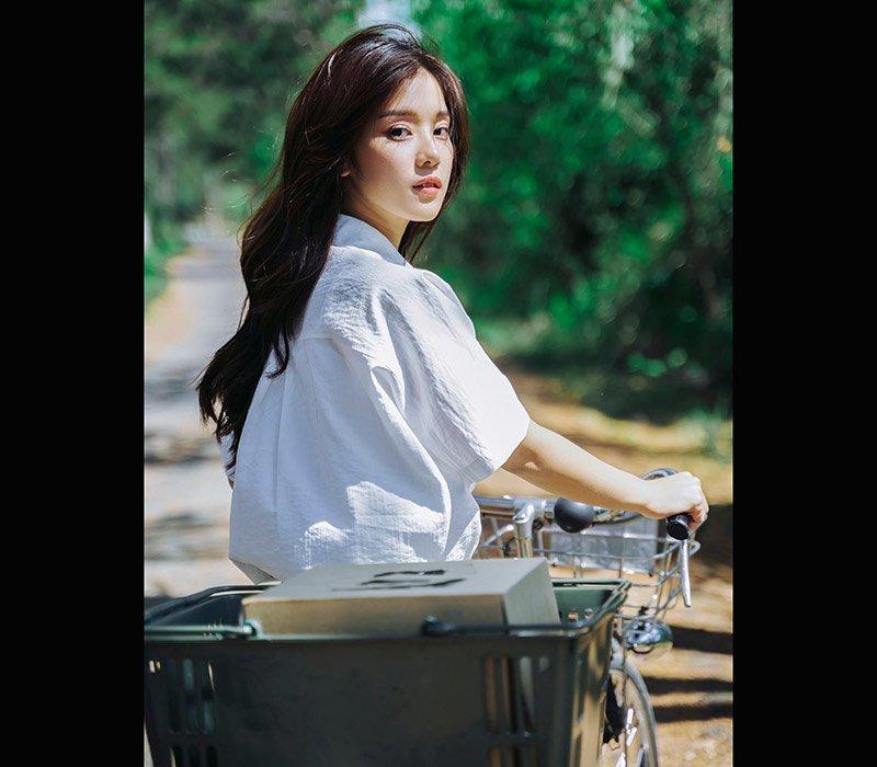 Hoàng Yến Chibi tên thật là Nguyễn Hoàng Yến, cô là một ca sĩ đình đám với nhiều tác phẩm nổi bật của Vbiz.