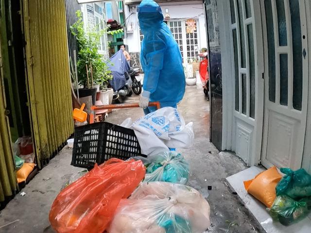 Những shipper đặc biệt mang thực phẩm đến khu cách ly ở Sài Gòn: Ai nhận đồ cũng hớn hở