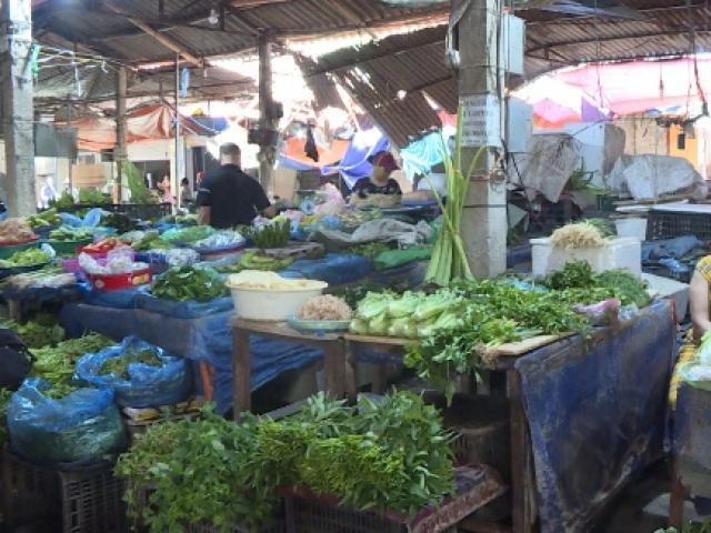 COVID-19 1/8: Người bán rau ở chợ Hà Nội dương tính với SARS-CoV-2, 300 tiểu thương lấy mẫu xét nghiệm