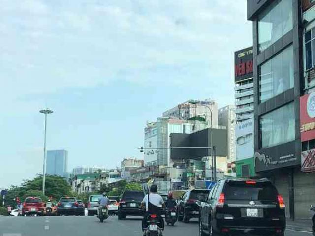 Đường phố Hà Nội vẫn tấp nập người đi lại trong thời gian giãn cách