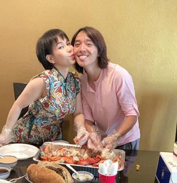 Chồng Việt Hương cọ nhà tắm, than lên voi xuống chó khi về Việt Nam ở với vợ