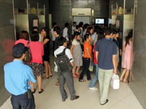 Nguy cơ nhiễm COVID-19 khi đi thang máy, đi lại ở chung cư, nhà cao tầng sao để tránh bệnh?