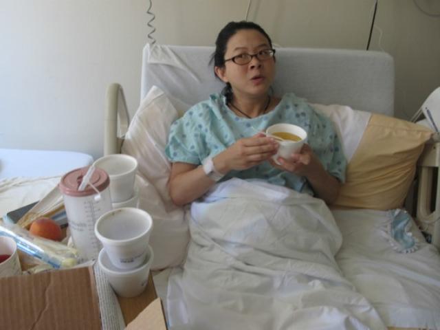 Con dâu mới đẻ trách mẹ chồng cho nằm nệm ướt, bà vừa nghe vội vàng gọi cấp cứu