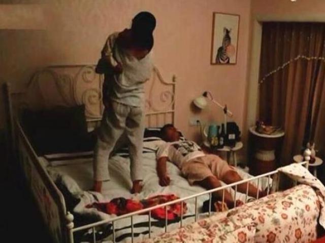 Tối nào chồng khều vợ cũng làm ngơ giả vờ ngủ, lén lắp camera thì chết lặng