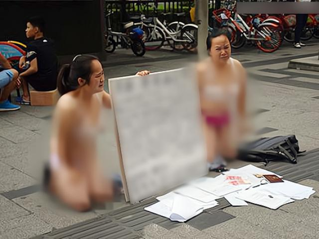 Hai người phụ nữ bán khỏa thân, quỳ trên phố xin tiền, lý do phía sau gây bất ngờ