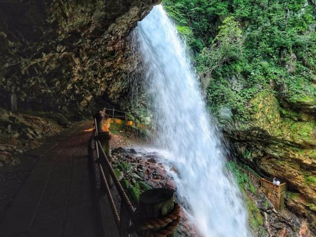 Khung cảnh tuyệt đẹp đằng sau 10 thác nước hot nhất Nhật Bản