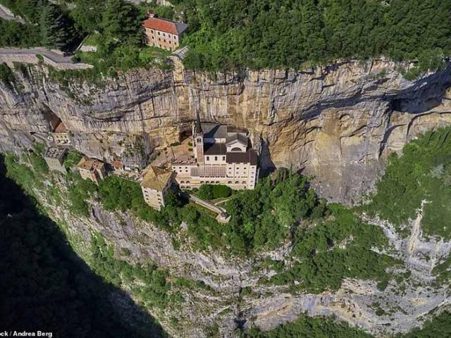 Nhà thờ 1000 năm tuổi tọa lạc tại vị trí không ai ngờ, sơ sẩy có thể mất mạng