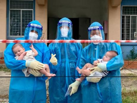 Tin tức 24h: Xót xa hai đứa trẻ 3 và 5 tháng bị bỏ rơi khi chào đời nhiễm COVID-19