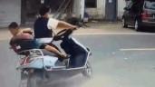 Rơi khỏi xe máy, bé trai thoát chết khó tin dưới bánh xe tải