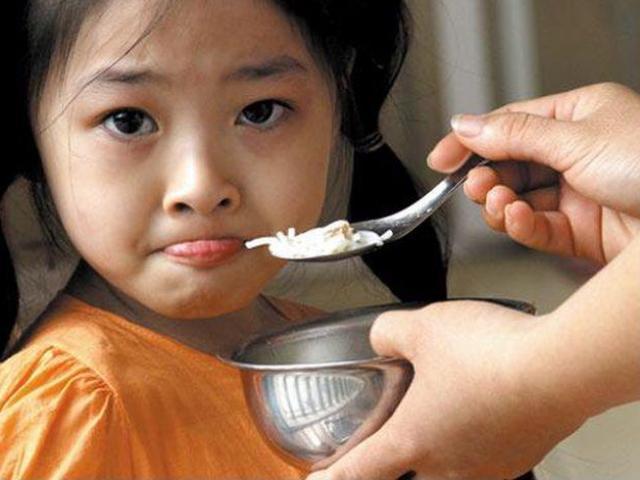 Có nên cấm trẻ con chan canh khi ăn cơm? Ăn không nhai có hại cho bé thế nào?