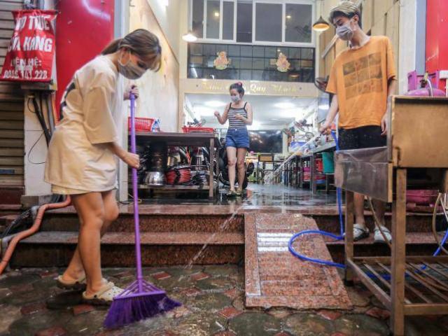 Hàng quán ở Hà Nội tất bật dọn dẹp xuyên đêm chờ bán trở lại