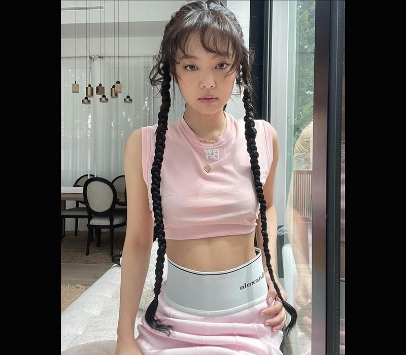 Jennie Kim sinh năm 1996, hiện đang là một trong những nữ thần tượng nổi tiếng nhất Hàn Quốc với gần 52 triệu người theo dõi trên mạng xã hội.