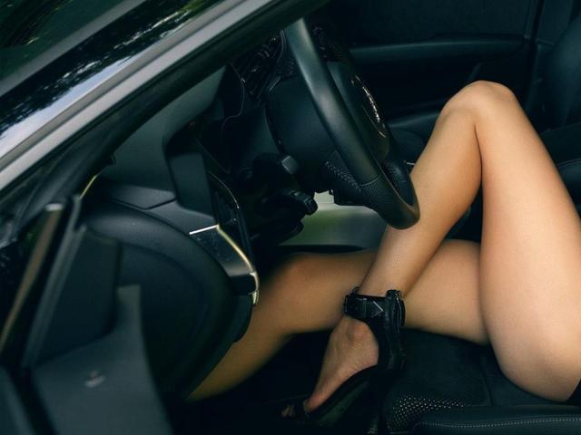 Đi mua ô tô, khách hàng tá hỏa khi thấy người phụ nữ khỏa thân ngồi dạng chân bên trong