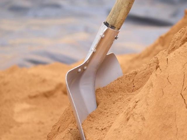 Đang đào huyệt cho con thì nghe tiếng khóc ở hố chôn bên cạnh, người bố phát hiện sự thật