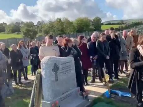 Cả đám tang đang khóc bỗng bật cười khi nghe tiếng người chết phát ra từ trong huyệt mộ