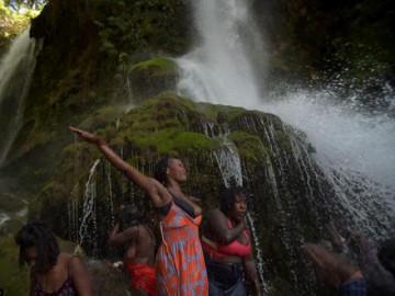 """Nơi phụ nữ tới thác nước để """"quan hệ"""" trước mặt người làng, khỏa thân tắm để chữa bệnh"""