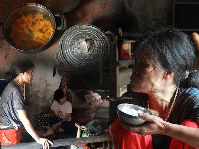 Mẹ ú ớ gọi đàn con và bữa cơm khổ vô cùng tận trong nhà có 5 người điên dại