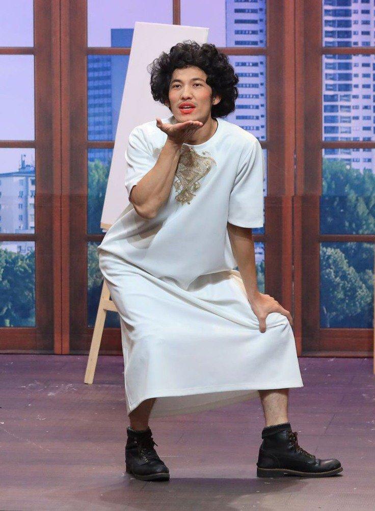 Trai đẹp Liên Bỉnh Phát mặc váy đàn bà, đòi bỏ vai không chịu diễn tiếp vì Trấn Thành