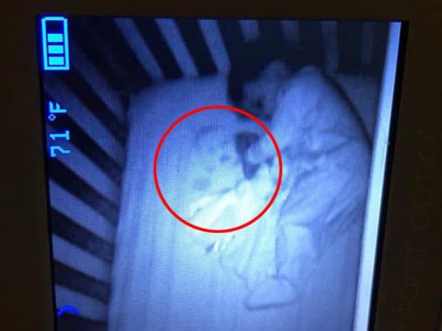 Rùng mình khi thấy bóng ma nằm ngủ cạnh con, sáng hôm sau mẹ phát hiện sự thật
