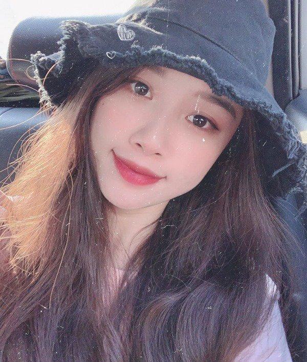 """Bị hỏi chuyện hay khoe phô trương vòng 1, bạn gái Văn Toàn tiết lộ """"Vì miếng cơm manh áo"""""""