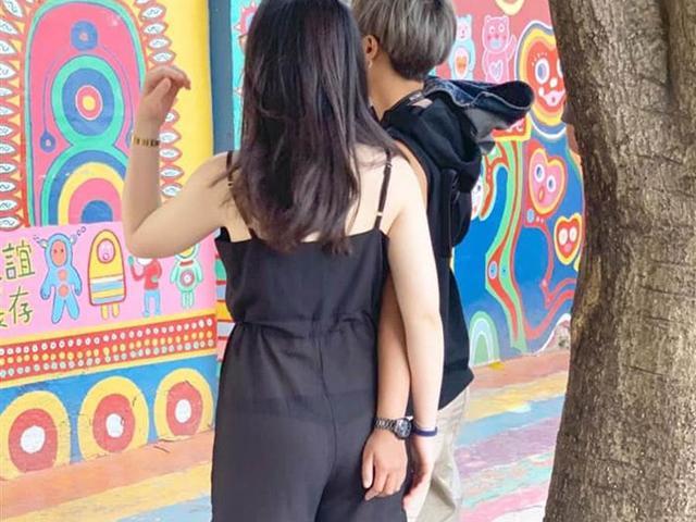 Mặc quần mỏng tang, cô gái lộ mồn một nội y, phản ứng của bạn trai gây phẫn nộ hơn