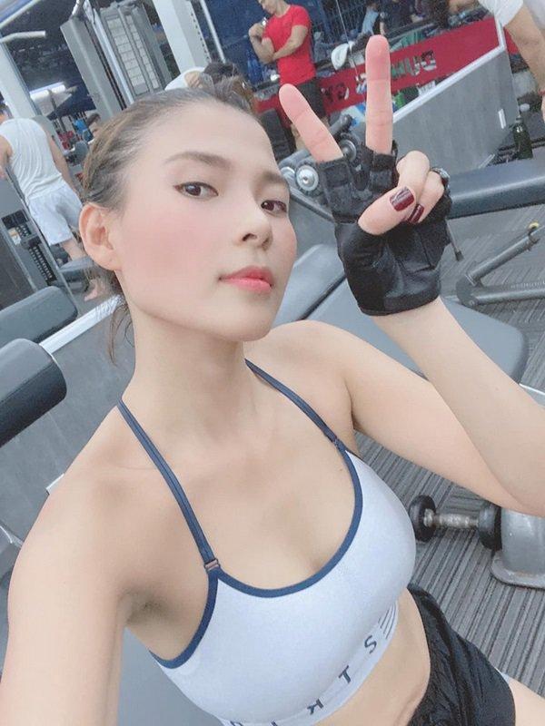 Chụp hình selfie tại phòng gym, Thuý Diễm khoe khéo được cả dáng lẫn da đẹp đỉnh