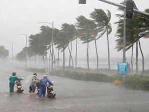 Bão số 5 giật cấp 11-12 áp sát đất liền Bình Định-Khánh Hòa, hủy hàng chục chuyến bay