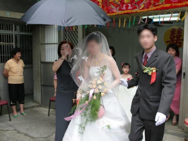 Chê con dâu nhà nghèo, ngày cưới, mẹ chồng sững sờ trước cảnh tượng bên nhà thông gia