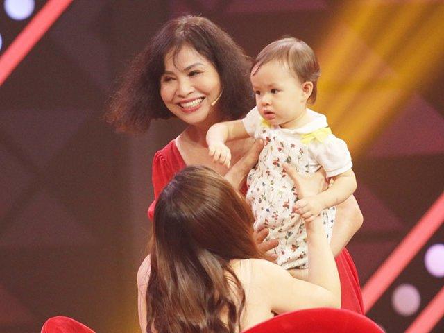 Mẹ ruột Lan Phương bất ngờ bế cháu ngoại lai Tây đến trường quay khiến con gái ngạc nhiên