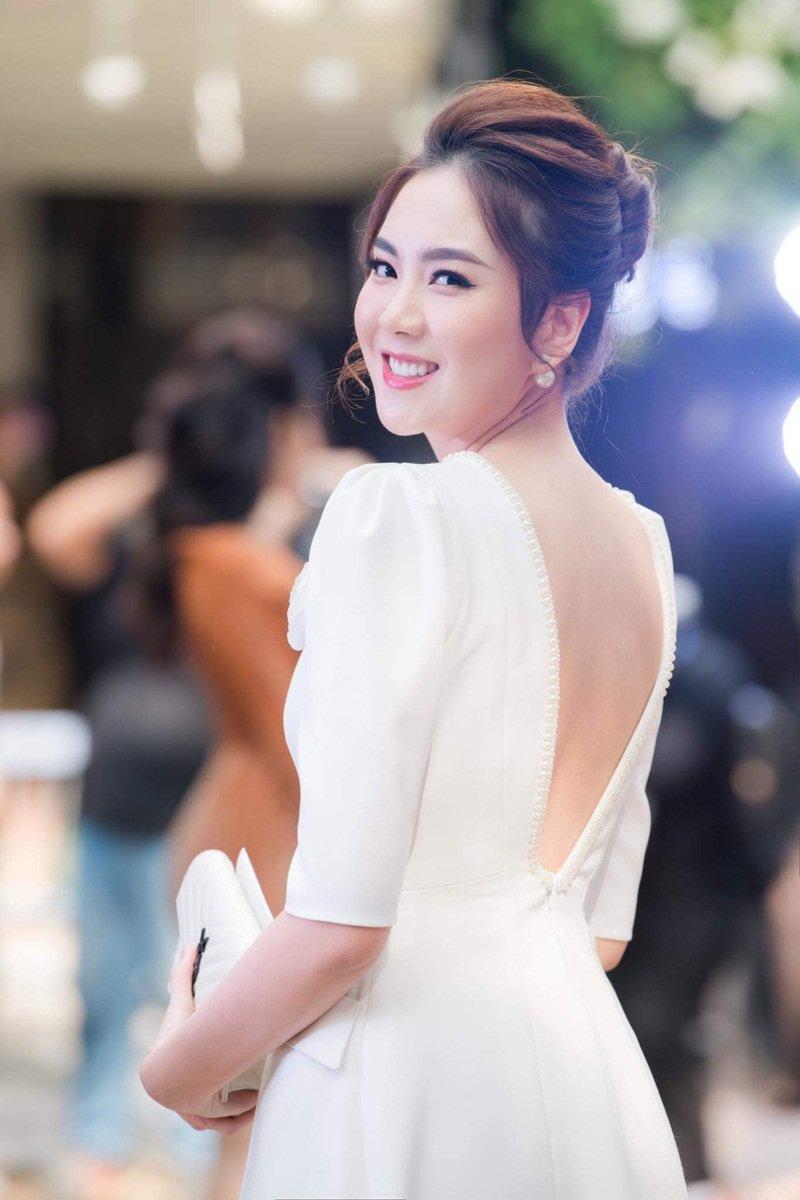 Hình ảnh MC Mai Ngọc xuất hiện trong một sự kiện mới đây với nhan sắc lung linh như công chúa, cho thấy vẻ đẹp của cô ngày càng thăng hạng sau khi kết hôn.
