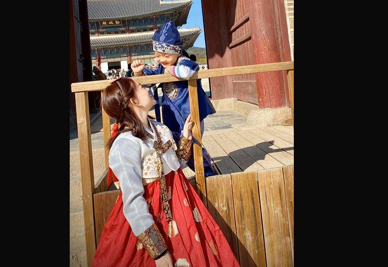 Những ngày gần đây, mẹ con hotgirl Ly Kute đang có chuyến du lịch nghỉ dưỡng tại đất nước Hàn Quốc thơ mộng. Cô cập nhật nhiều hình ảnh trong chuyến du lịch trên trang cá nhân và nhận được lời khen ngợi từ mọi người.