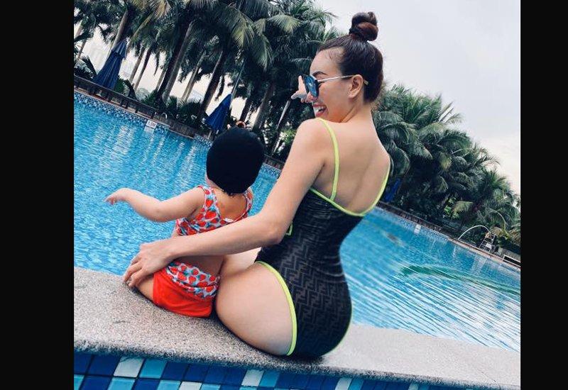 Lướt qua những trang facebook cá nhân của sao Việt, Trà Ngọc Hằng có lẽ được gọi là mỹ nhân chịu khó khoe hình ảnh con gáinhất. Cô rất có hứng thú với việc chụp hình cùng con và chia sẻ lên mạng xã hội.