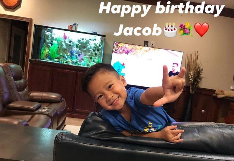 Mới đây, trong dịp sinh nhật của Jacob, cô viết: 'Vèo cái chàng trai nhỏ của Mẹ 4 tuổi rồi. Jacob của mẹ ơi, con lấy một chút điềm đạm của anh hai Billy, rồi một chút ồn ào của chị ba Grace và cuối cùng con là chàng trai mang cho mẹ nhiều cung bậc nhất'.