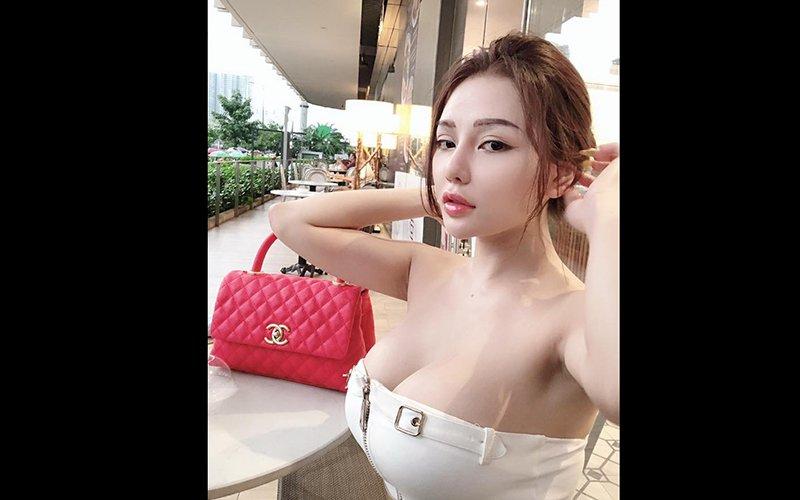 Cô nàng gần đây hay diện mẫu váy áo cúp ngực, lộ gần hết vòng một trong mọi tình huống. Trước đó, Mon 2K cũng khoe khéo chiếc túi hiệu Chanel có mức giá hơn 100 triệu đồng mới tậu.