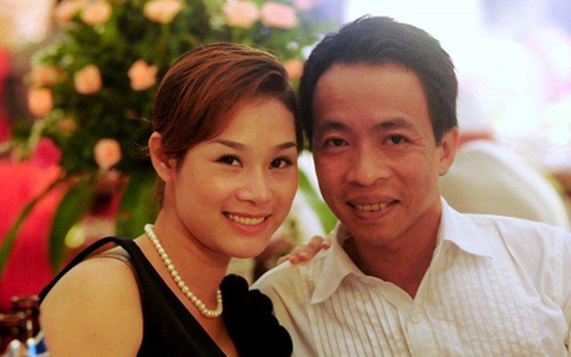 Việt Hoàn là một trong bộ ba nghệ sĩ tên tuổi bao gồm Trọng Tấn và Đăng Dương nổi tiếng trong làng nhạc đỏ Việt Nam. Năm 2006, nam ca sĩ được Nhà nước phong tặng danh hiệu Nghệ sĩ Ưu tú.
