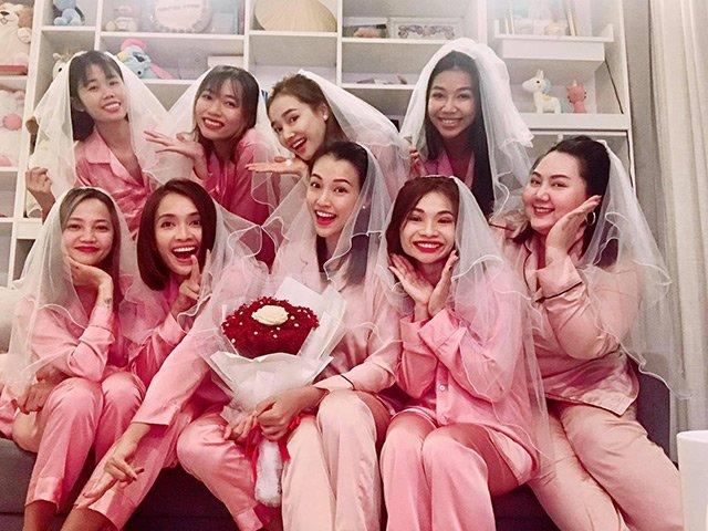 Nhã Phương diện pijama hồng ngọt ngào trong tiệc chia tay đời độc thân của Hoàng Oanh