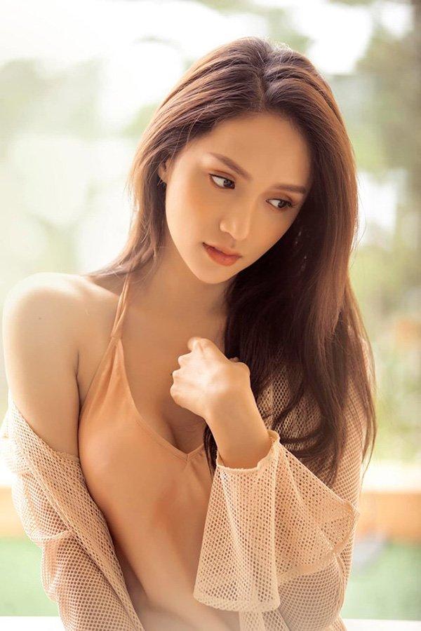 Hương Giang thả dáng khoe ngực đầy, chân thon cùng làn da ngọc ngà khiến ai nhìn cũng mê mẩn