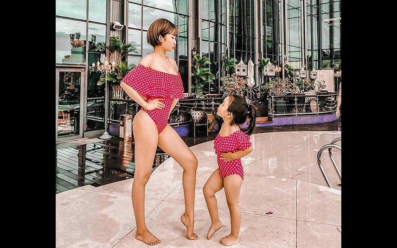 Vợ đại gia Minh Nhựa gần đây có sở thích diện bikini đôi siêu đáng yêu cùng với cô con gái cưng, cả hai mẹ con thường xuyên mua sắm váy áo cùng nhau để thực hiện những khoảnh khắc thời trang vô cùng ấn tượng.