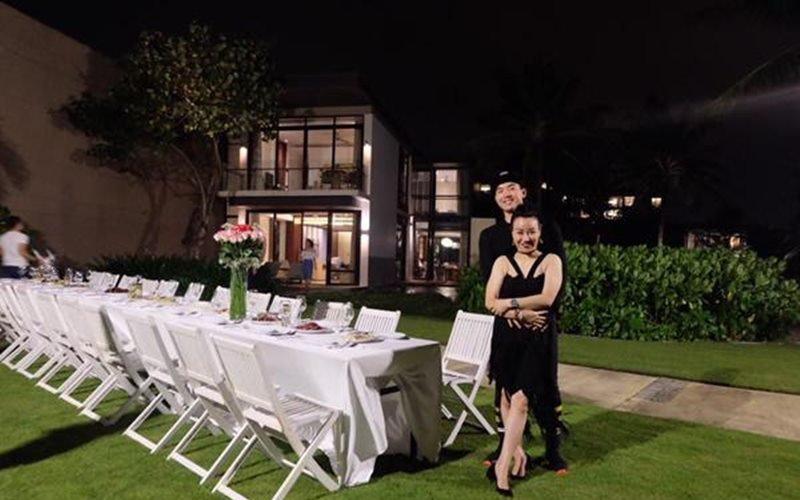 Theo đó, căn biệt thự 2 vợ chồng Trương Nam Thành ở là căn biệt thự 2 tầng kiểu nhà vườn vô cùng đẹp mắt. Nhìn từ bên ngoài có thể thấy toàn bộ phía trước là không gian mở với phần sân vườn rất rộng, có thể dùng làm nơi tổ chức tiệc…