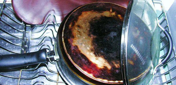 Nồi nấu bếp gas vẫn đen xì như đun củi, làm theo cách này 3 phút là sạch ngay