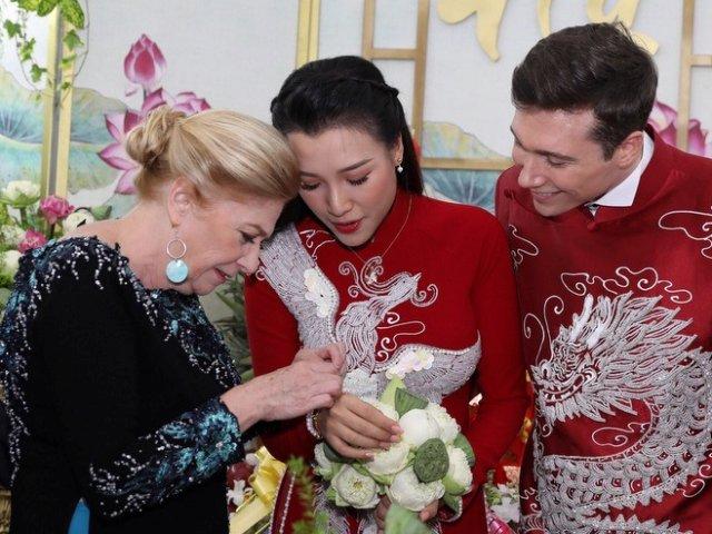 Vừa xuất viện, Hoàng Oanh lộ diện rạng rỡ trong lễ rước dâu, được mẹ chồng Tây trao vòng cưới