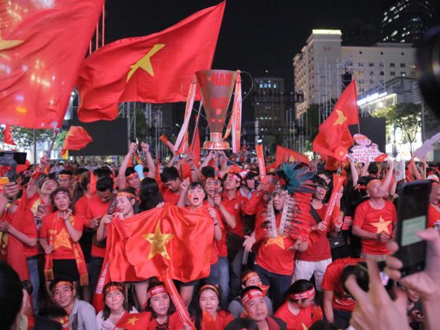 Live: Đội tuyển U22 Việt Nam chiến thắng, triệu người hâm mộ xuống đường đi bão