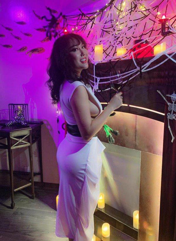 Từng bị soi body phát tướng, Phi Thanh Vân giờ đã tự tin diện bikini khoe ngực nở mông cong